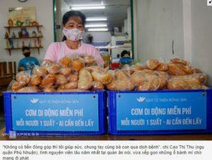Ấm lòng, người Sài Gòn phát cơm, khẩu trang miễn phí chống dịch